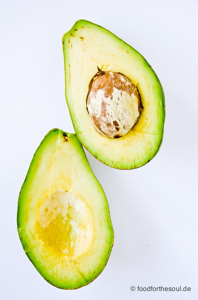 Fuerte Avocado aufgeschnitten mit Kern