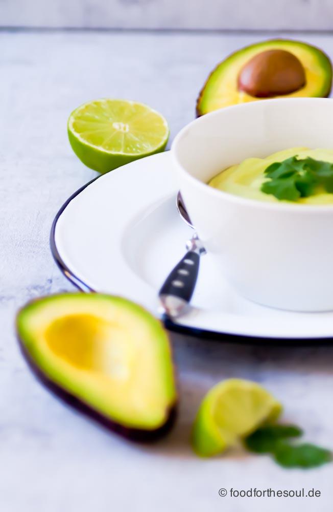 Avocado Dip in einer Schüssel mit Koriander
