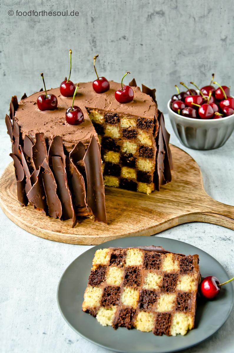 Torte mit Schachbrettmuster Battenberg Schachbrett Muster Rezept schwarz weiß #schokoladentorte #torte #battenberg #muster #schachbrett #schachbrettmuster #kirschen #schwarz #weiß #rezept