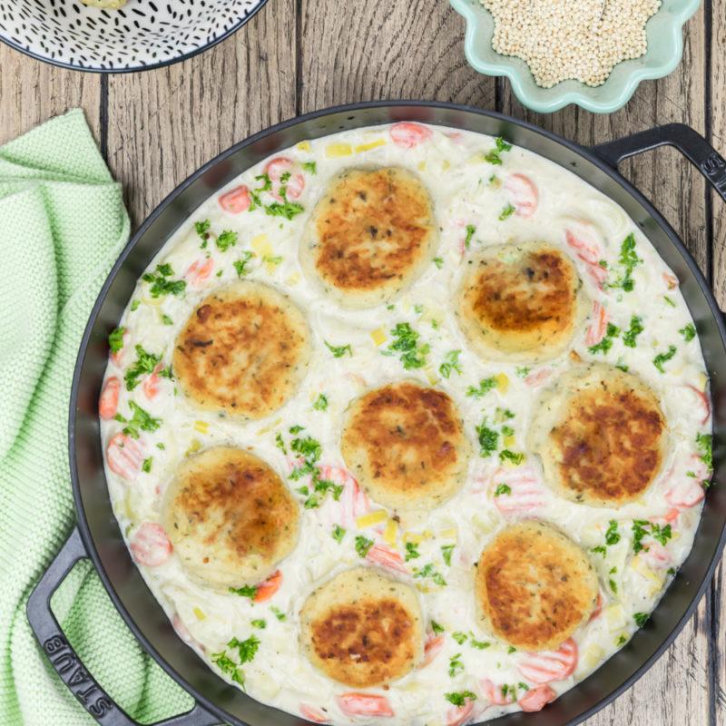 Hirse-Kartoffel-Bratlinge mit Rahmgemüse in Pfanne