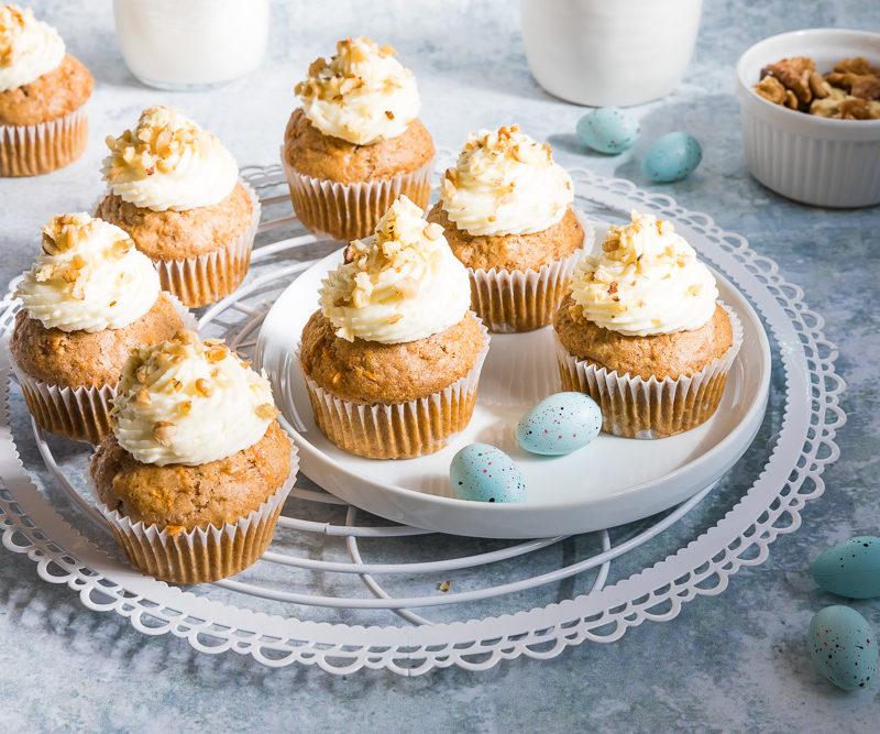 Vegane Karottenkuchen Cupcakes mit Frosting #cupcakes #karottenkuchen #karotten #möhren #rübli #muffins #frosting #ostern #osterfest #osterrezept #rezept #vegan