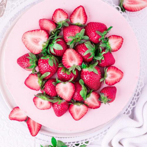 Käsekuchen mit Erdbeeren ohne Backen 'Käsekuchen #erdbeeren #erdbeerkuchen #ohnebacken #cremig #sahnetorte #sommerkuchen #torte #sommerrezept