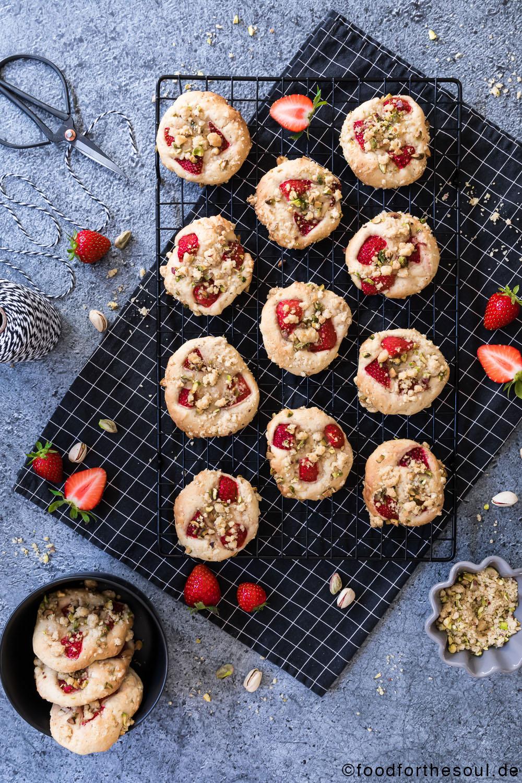 Erdbeer-Streusel-Cookies mit Pistazien food for the soul Kekse Rezept Erdbeerzeit