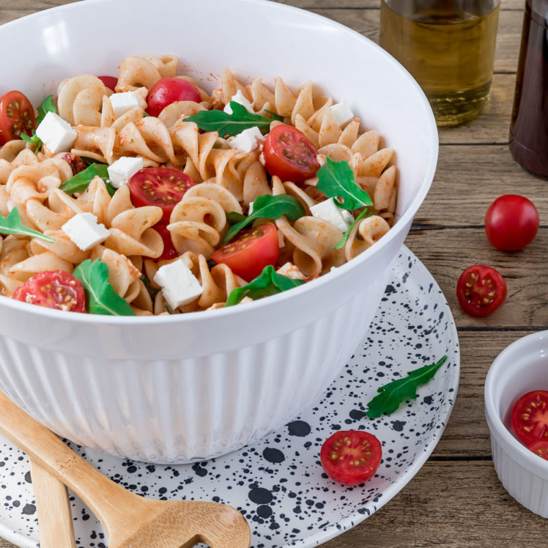 Mediterraner Nudelsalat mit Rucola food for the soul #nudelsalat #mediterran #italienisch #rezept #salat #tomaten #rucola #feta #grillen #party